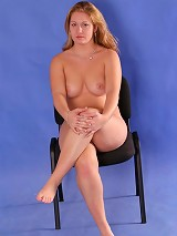 Blonde candy spreads her big phat buns on camera